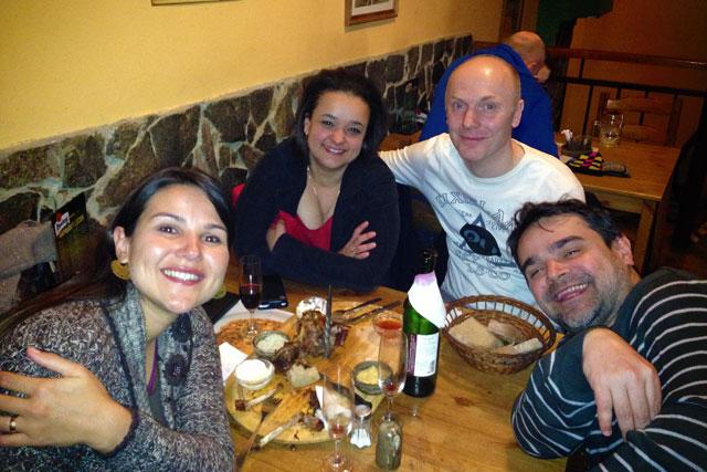 Clarice, Janaína, Lars e Élcio, no restaurante U Matějíčků