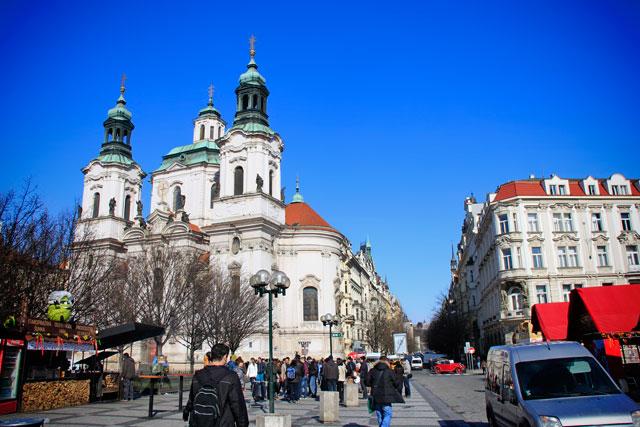 Dia ensolarado na Praça da Cidade Velha. Catedral de São Nicolau no detalhe