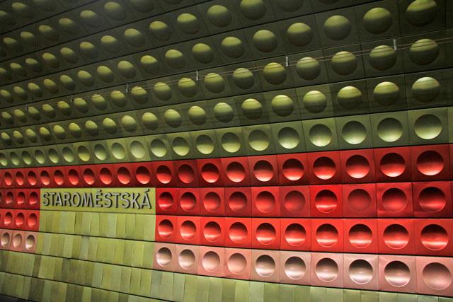 Painel no da estação de metrô Staroměstská