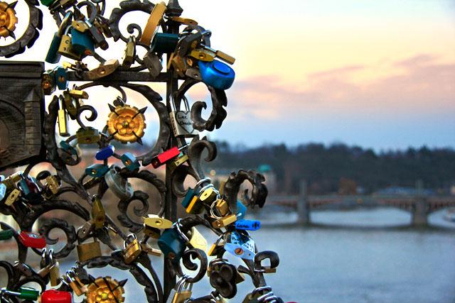 Cadeados dos enamorados, na Ponte Carlos