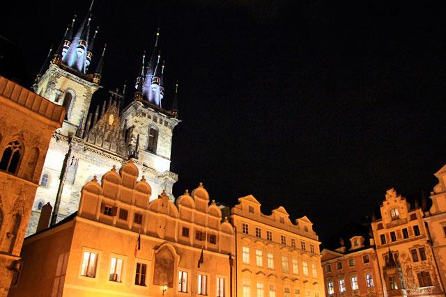 Praça da Cidade Velha. Destaque para a Nossa Senhora de Týn