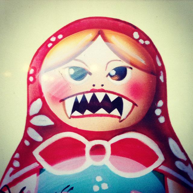 Matrioshka estilizada, em detalhe no cartaz do Museu do Comunismo (via Instagram)
