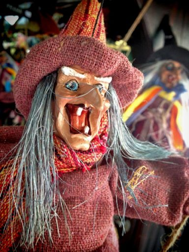 Bruxas vendidas como souvenirs nas feiras de Praga