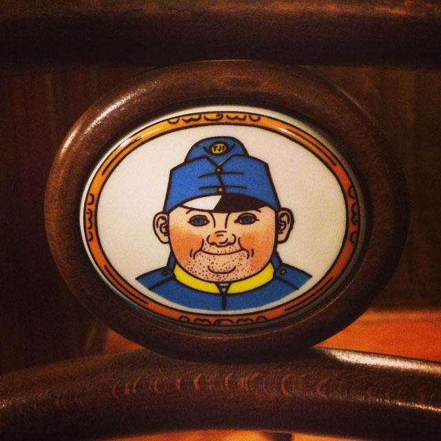 Cadeira decorada com o desenho do soldado Švejk