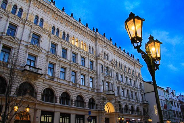 Edifício da rua Rytířská, próximo ao hotel