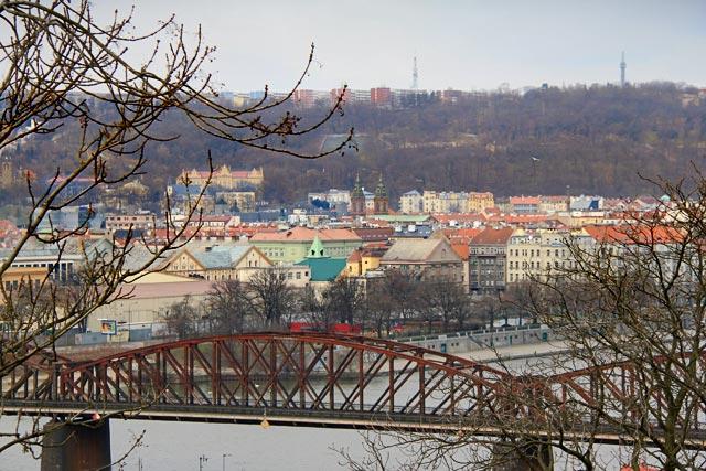 Ponte ferroviária (Železniční most) vista de Vyšehrad