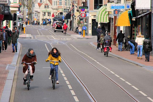 Bicicletas solitárias pela Leidsestraat.