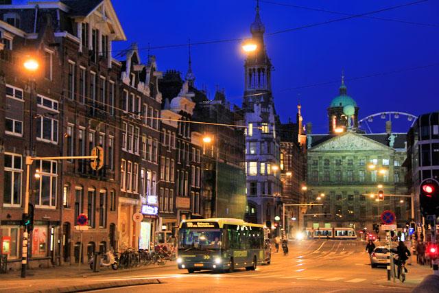 Via Raadhuisstraat. Palácio Real de Amsterdam ao fundo