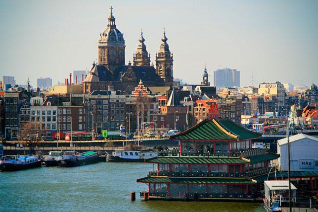 Igreja de São Nicolau e restaurante chinês Sea Palace, vistos da Biblioteca Pública de Amsterdam