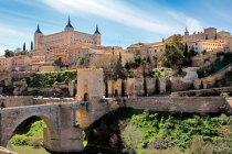 Toledo vista do outro lado do rio Tejo. Destaque para o Alcázar e para a Ponte de Alcántara