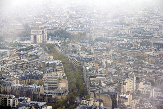 Paris vista do terceiro andar da Torre Eiffel. Destaque para o Arco do Triunfo