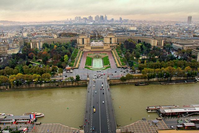 Rio Sena e Trocadéro vistos do segundo andar da torre. La Défense ao fundo