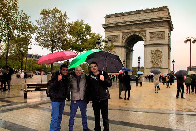 Igor, eu e o Élcio, próximos ao Arco do Triunfo, na Champs Élysées
