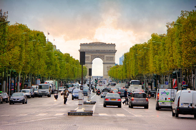 Champs Élysées com Arco do Triunfo ao fundo