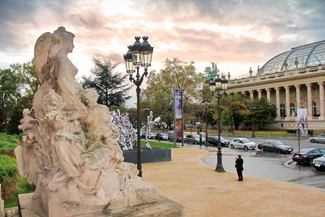 Escultura na entrada do Petit Palais e vista parcial da fachada do Grand Palais