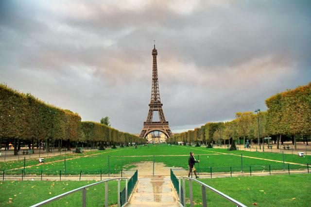 Parc du Champ de Mars com Torre Eiffel ao fundo