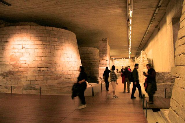 Fundações medievais do antigo Castelo do Louvre