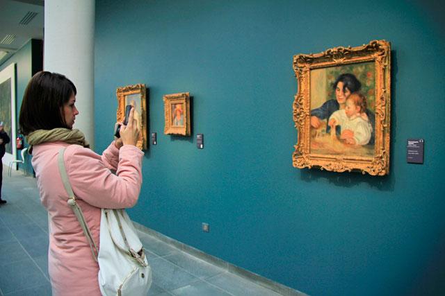 Ana fotografa obra de Renoir, no Musée de l'Orangerie
