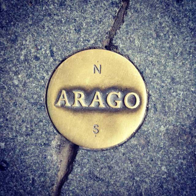 Medalhão da Linha Rosa Arago, no Palais Royal