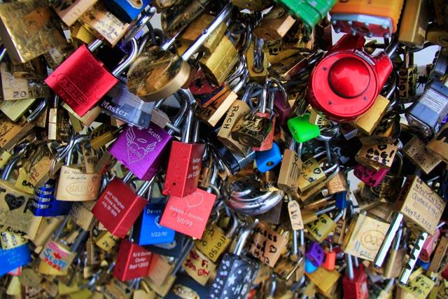 Grade com cadeados dos amantes, na Pont des Arts