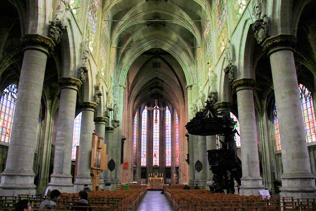 Interior da igreja Notre-Dame au Sablon