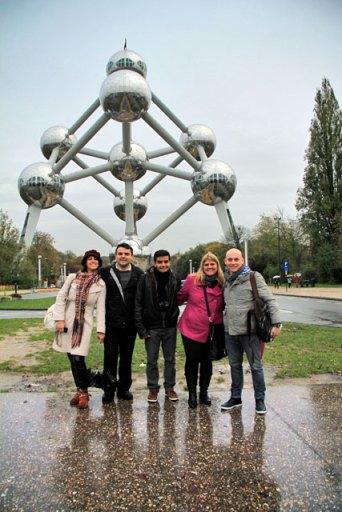 Ana, Élcio, Igor, Maíra e eu, no Atomium