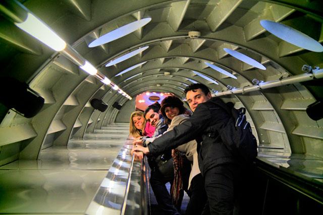 Maíra, Igor, Ana e Élcio, em uma das escadas-rolantes do Atomium