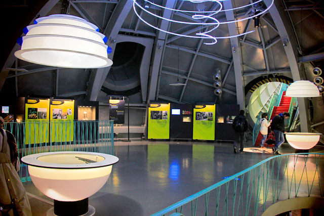 Exposição dentro de uma das esferas do Atomium