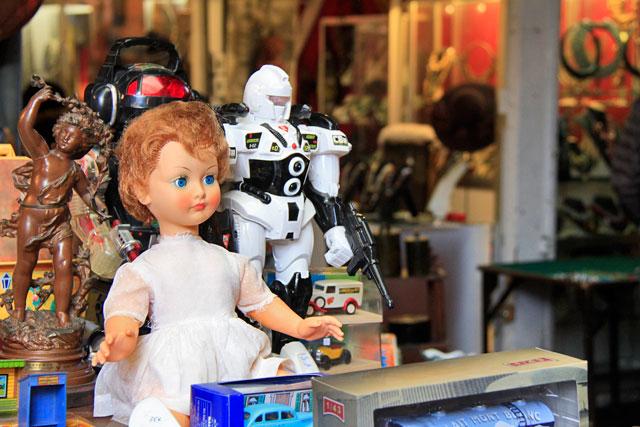 Brinquedos antigos vendidos no Marché Vernaison
