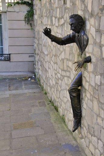 Escultura Le Passe-muraille, de Jean Marais, em homenagem à obra de Aymé, na Place Marcel-Aymé