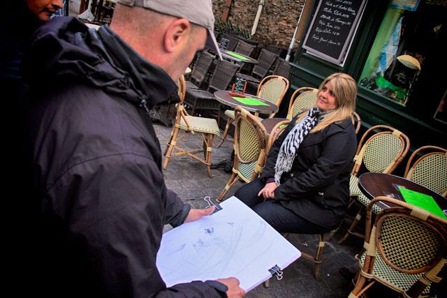Maíra sendo retratada por artista polonês em Montmartre