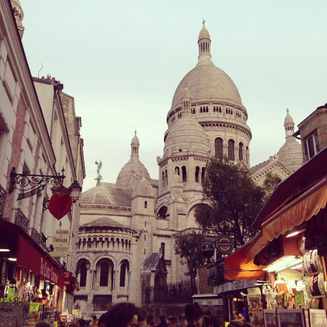 Sacré-Cœur vista da Rue du Chevalier de la Barre (via Instagram)
