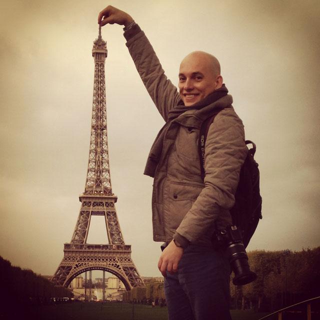 Perspectiva forçada da Torre Eiffel, no Parc du Champ de Mars