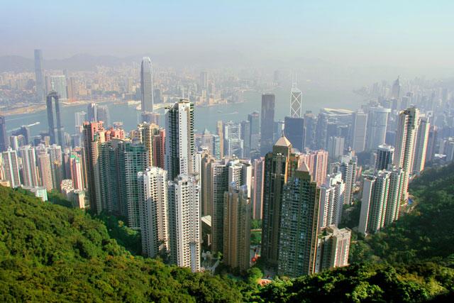 Vista do mirante The Sky Terrace 428 - Hong Kong (abaixo) e Kowloon (acima) divididas pelo Porto de Vitória