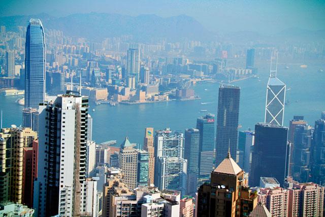 Hong Kong (abaixo) e Kowloon (acima) divididas pelo Porto de Vitória