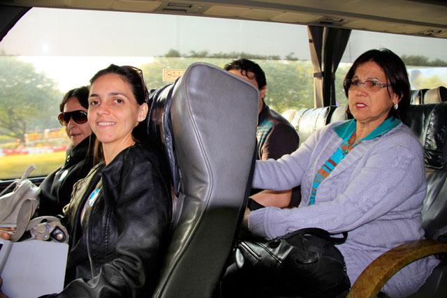 No traslado do aeroporto para o hotel, Maria procura pelo motorista, que dirigia na mão inglesa