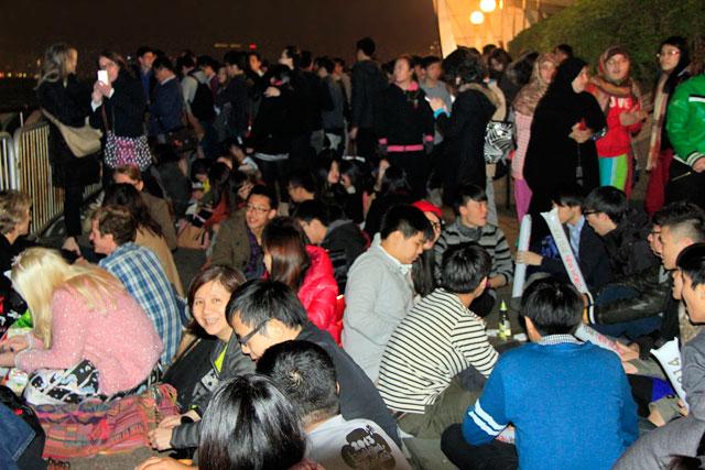 Pessoas ocupam seus lugares para assistir ao show de fogos, na Golden Bauhinia Square