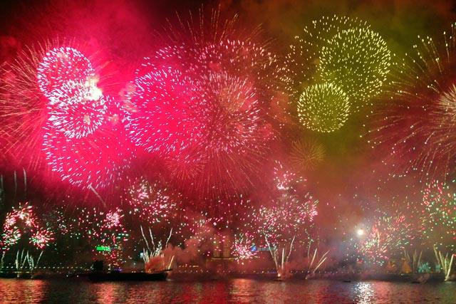 Show pirotécnico da virada do ano, em Kowloon