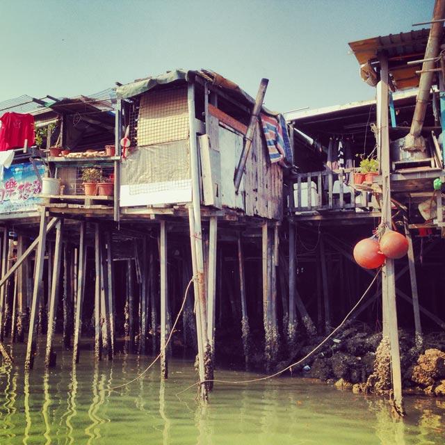 Casas de palafita vistas do passeio de barco em Tai O (via Instagram)