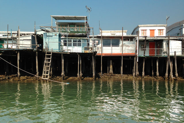 Casas de palafita vistas do passeio de barco em Tai O