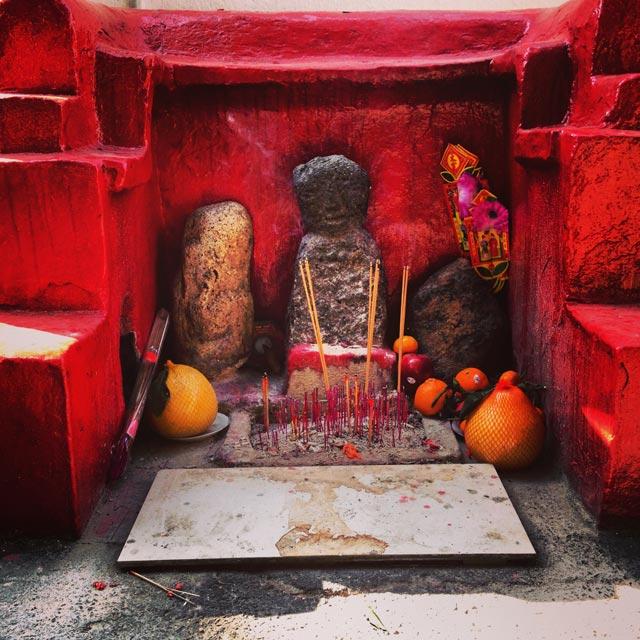 Canteiro de adoração budista, na Tai O Wing On Street