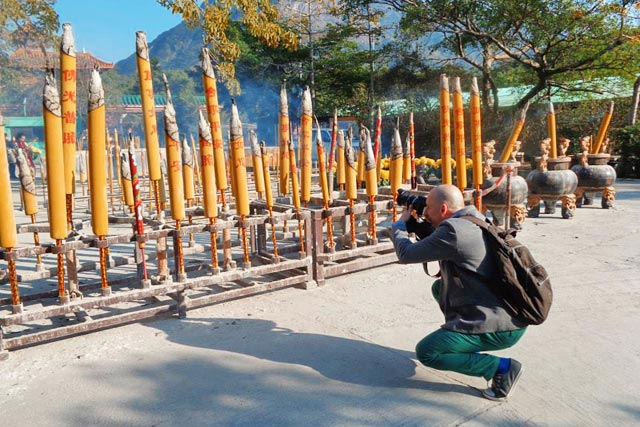 Fotografo incensos no Po Lin Monastery