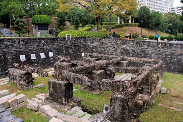 Ruínas do portão sul da Cidade Murada de Kowloon, no Kowloon Walled City Park