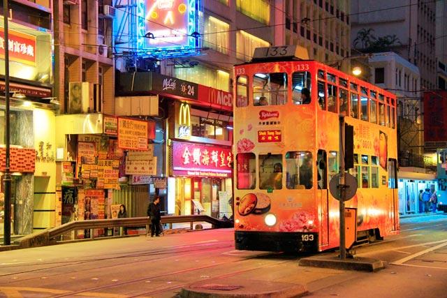 Ônibus do tipo double-decker, na Des Voeux Road Central