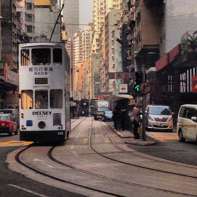 Ônibus do tipo double-decker, na Des Vouex Road (via Instagram)