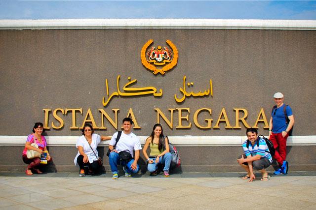 Minha mãe, Maria, Tião, Yáskara, Élcio e eu, nas dependências do Palácio Nacional (Istana Negara), em Kuala Lumpur