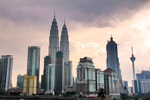 Horizonte de arranha-céus de Kuala Lumpur. Destaque para as Petronas Twin Towers
