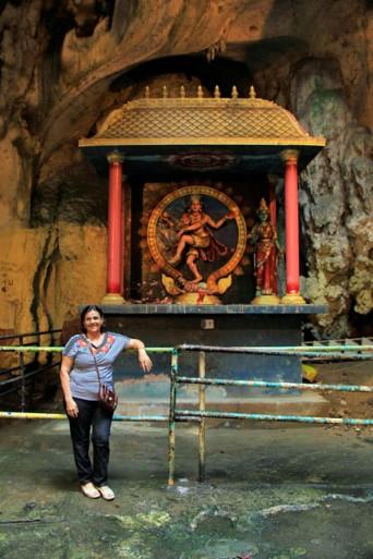 Maria, em santuário dedicado a Shiva Nataraja, na Temple Cave