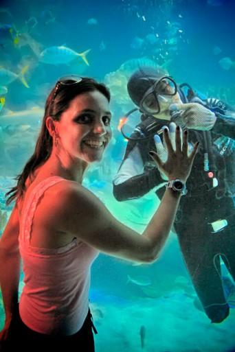 Yáskara posa junto ao mergulhador, no Aquaria KLCC