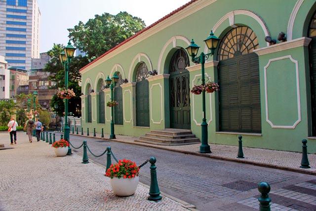 Fachada lateral do Teatro Dom Pedro V, no Largo de Santo Agostinho